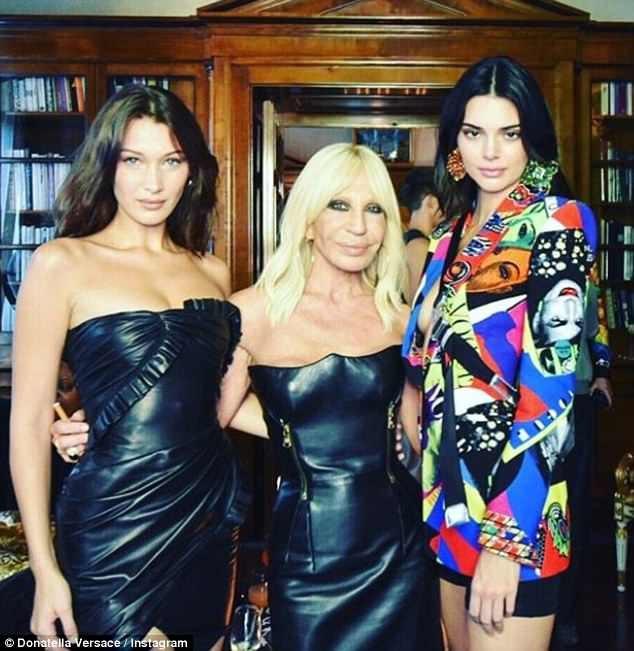 NTK Donatella chụp hình cùng 2 người mẫu cưng