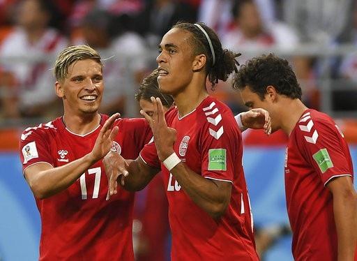 Các cầu thủ Đan Mạch ăn mừng bàn thắng mở tỉ số