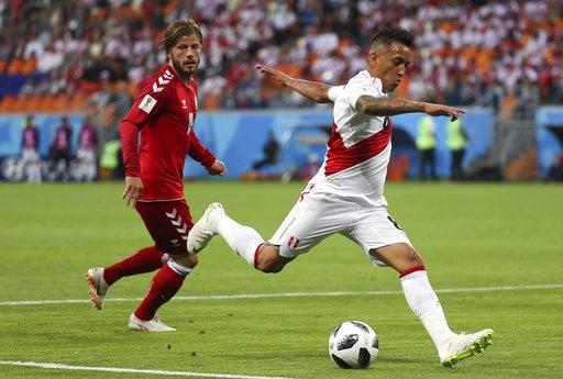 Cueva (phải) không tự tin thi đấu ở trận đầu tiên của World Cup
