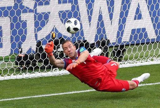 Thủ thành Hannes Halldorsson hạnh phúc khi cản phá cú sút phạt đền của Messi