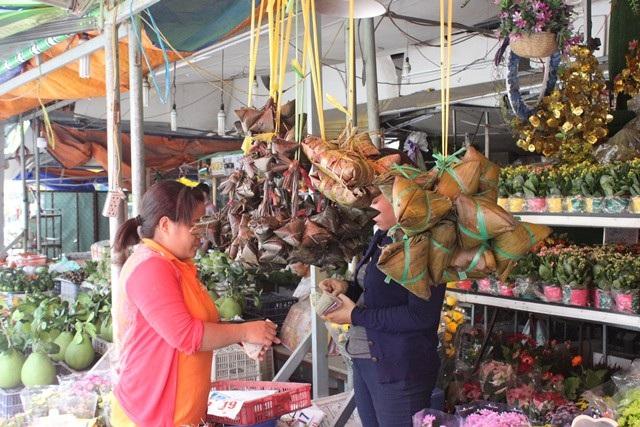 Ngay từ cuối tuần, nhiều gia đình đã tranh thủ đi chợ, mua sắm các món cần thiết.