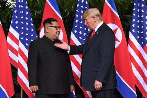 Tổng thống Mỹ (phải) và Nhà lãnh đạo Triều Tiên trong cuộc gặp lịch sử hôm 12/6 tại Singapore. Ảnh: AFP/Getty.