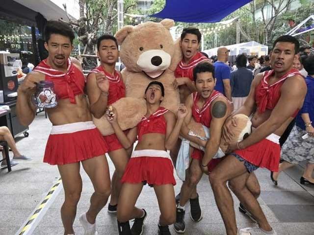 Nhà hàng Thái Lan gây sốt với những anh chàng phục vụ nóng bỏng mùa Word Cup - 1
