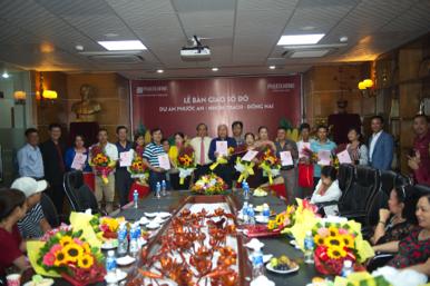 Ông Lê Hoàng Châu – CT HH BĐS TPHCM trao sổ đỏ, hoa và quà cho khách hàng