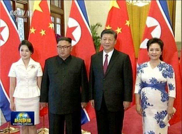 Phu nhân của ông Kim Jong-un cũng tháp tùng chồng tới Bắc Kinh lần này (Ảnh chụp màn hình CCTV/AP)