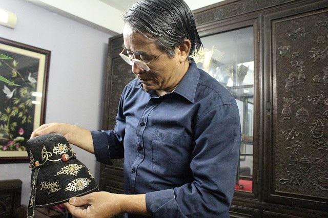 Ông Vũ Kim Lộc say sưa phục hồi bốn mũ vua triều Nguyễn