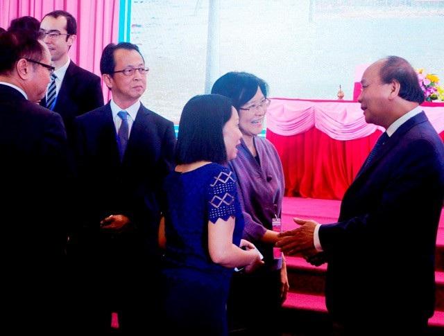 Thủ tướng Nguyễn Xuân Phúc trao đổi với các đại biểu tham dự hội nghị.