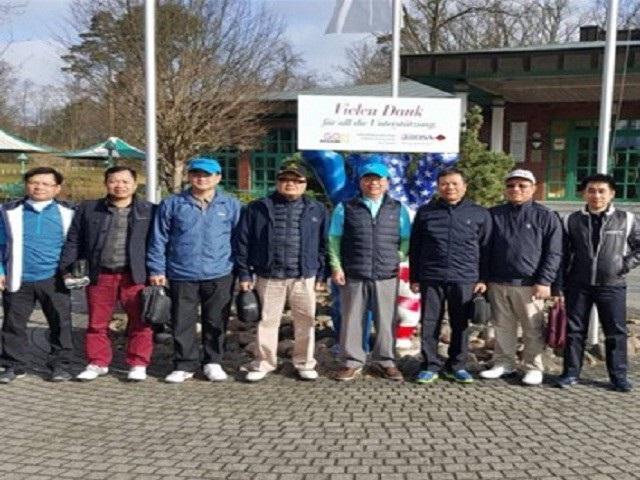 Ông Vũ Huy Hoàng tranh thủ ra sân chơi golf nhân một chuyến đi công tác nước ngoài