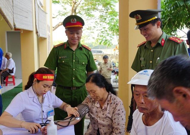 Khám và cấp phát thuốc miễn phí cho 400 người dân xã Kim Liên