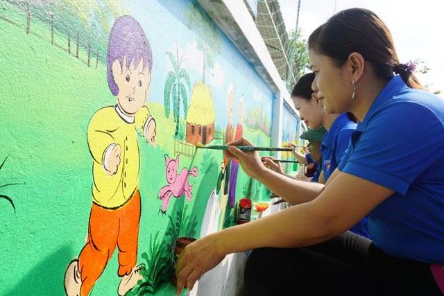 Thực hiện con đường bích họa tại Trường mầm non Làng Sen