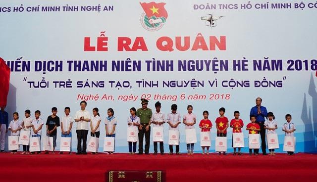 Trao học bổng cho 20 học sinh nghèo học giỏi