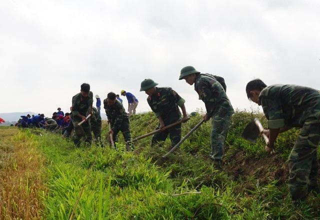 Các đoàn viên thanh niên ra quân nạo vét 2km kênh mương nội đồng sau buổi lễ ra quân Chiến dịch thanh niên tình nguyện Hè 2018