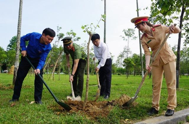 Trồng cây trong khuôn viên Khu di tích Kim Liên