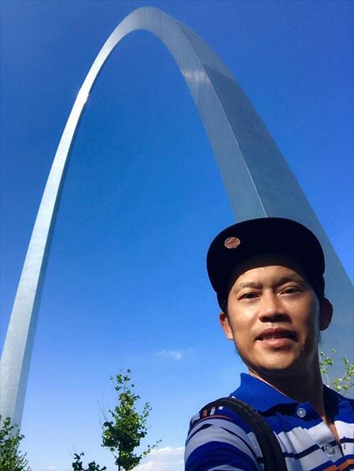 Danh hài Hoài Linh có dịp lưu diễn và trở về Mỹ, anh chia sẻ lại hình ảnh ở đường cong St. Louis Gateway Arch (Mỹ) và bày tỏ nỗi nhớ bạn bè, người thân ở đây.