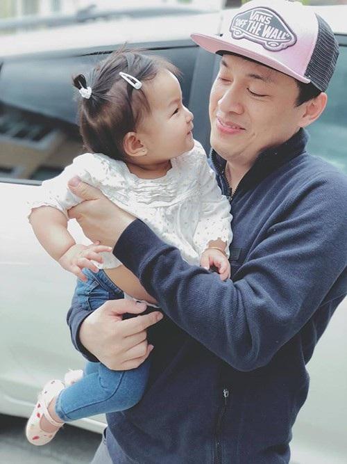 Ca sĩ Lam Trường tình cảm với cô con gái bé bỏng của mình, với dòng trạng thái hóm hỉnh: Nhìn ba kiểu này muốn gì đây.