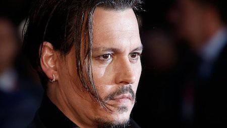 """Johnny Depp luôn là một tên tuổi hạng A tại Hollywood nên chẳng mấy ai ngạc nhiên khi gia tài ước tính của nam tài tử này lên tới 200 triệu đô la Mỹ. Tuy nhiên, hồi năm 2017, Johnny Depp đã kiện công ty quản lý cũ do tự ý huy động 28 triệu đô la Mỹ mà không được sự cho phép của """"chàng cướp biển"""". Kết quả, Johnny Depp còn bị kiện ngược lại đòi 4,2 triệu đô la Mỹ và bị phanh phui thói quen chi tiêu mất kiểm soát. Cộng thêm vụ bồi thường ly dị với vợ cũ Amber Heard, Johnny Depp từ một ngôi sao giàu có đã dần xuống dốc không phanh."""
