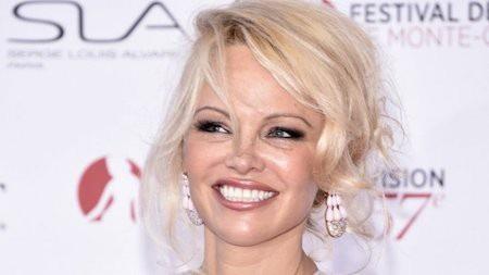 """Pamela Anderson từng là """"quả bom sex"""" được rất nhiều đàn ông thèm khát và là một trong những người mẫu Playboy thành công nhất mọi thời đại. Hồi năm 2005, Pamela Anderson còn trở thành người Canada có quyền lực nhất tại Hollywood nhưng sự nghiệp đi xuống, tu sửa nhà cửa cộng với các khoản nợ thuế đã khiến khối tài sản lúc này của Pamela Anderson chỉ còn rơi vào khoảng 8 triệu đô la Mỹ."""