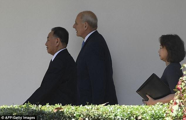 Chánh Văn phòng Nhà Trắng John Kelly đưa ông Kim Yong-chol tới Phòng Bầu Dục. Ông Kim Yong-chol là quan chức cấp cao nhất của chính quyền Triều Tiên đặt chân tới Nhà Trắng sau 18 năm. (Ảnh: AFP)