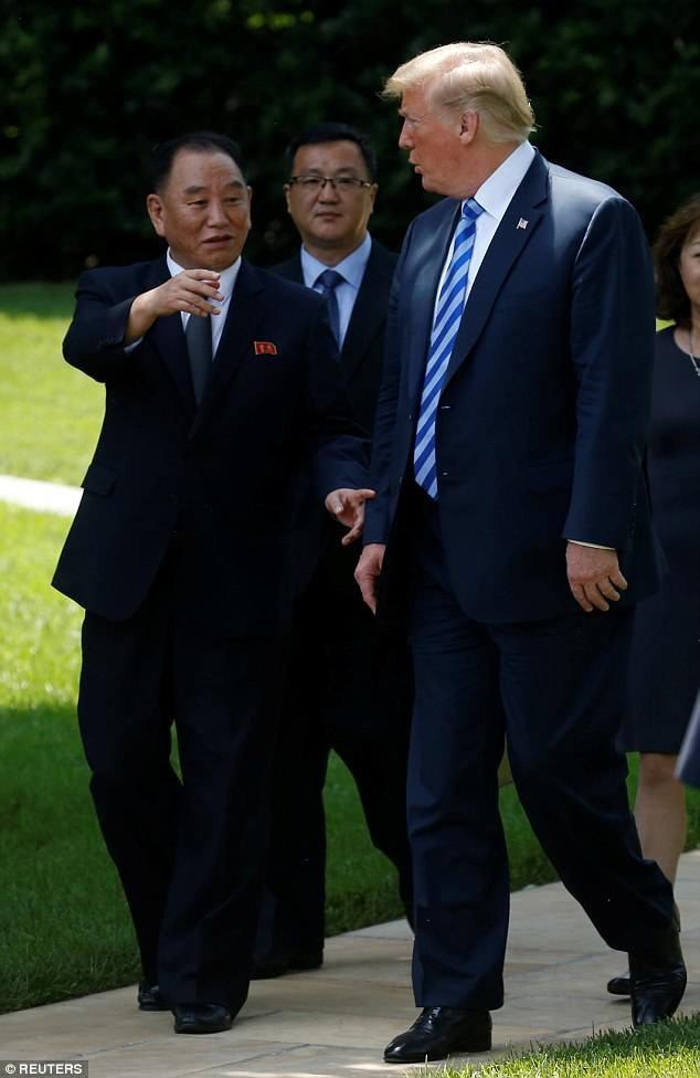 """Tổng thống Trump cho biết đã có cuộc gặp """"tốt đẹp"""" với ông Kim Yong-chol tại Phòng Bầu Dục. Cuộc gặp diễn ra chưa đầy 2 tuần trước thượng đỉnh Mỹ - Triều vào ngày 12/6. (Ảnh: Reuters)"""