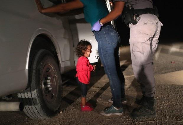 Bức ảnh nhận được sự quan tâm lớn từ cộng đồng mạng, chụp lại cảnh một đứa bé đang khóc lớn, trong khi mẹ của cháu bị cảnh sát liên bang bắt giữ gần biên giới Mỹ - Mexico