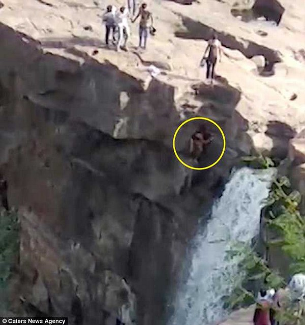 Khoảnh khắc Kagji trèo ra ngoài vách đá để có góc chụp ảnh đẹp trước khi bị ngã xuống vực sâu ở bên dưới