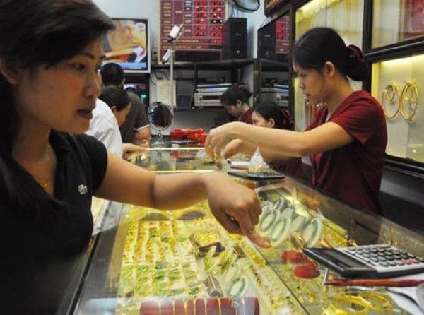 Phiên giao dịch hôm nay 20/6, giá vàng SJC được các doanh nghiệp điều chỉnh giảm 50.000 đồng/lượng khi giá vàng tại thị trường châu Á giao dịch gần mức thấp nhất 5 tháng rưỡi do USD tăng.