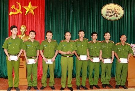 Thượng tướng Lê Quý Vương, Thứ trưởng Bộ Công an tặng quà động viên các cán bộ, chiến sĩ bị đối tượng có HIV tấn công phơi nhiễm.
