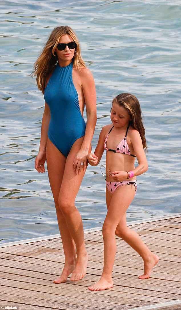 Abbey Clancy sải bước trên bãi biển Mallorca cùng con gái Sophia