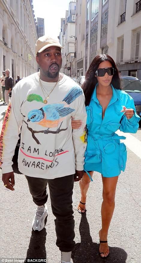 Người đẹp và chồng là tâm điểm thu hút sự chú ý khi đi xem show diễn của Louis Vuitton.