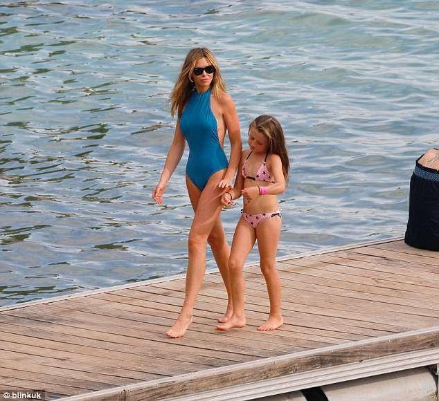Cô và chồng con dành cả mùa hè thư giãn tại các bãi biển đẹp nhất thế giới