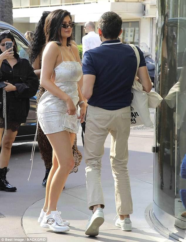 Kylie và bạn trai ghé vào hàng loạt cửa hiệu thời trang lớn nhất để mua sắm