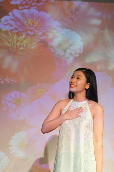 ... và sao mai Thu Hằng biểu diễn trong chương trình.