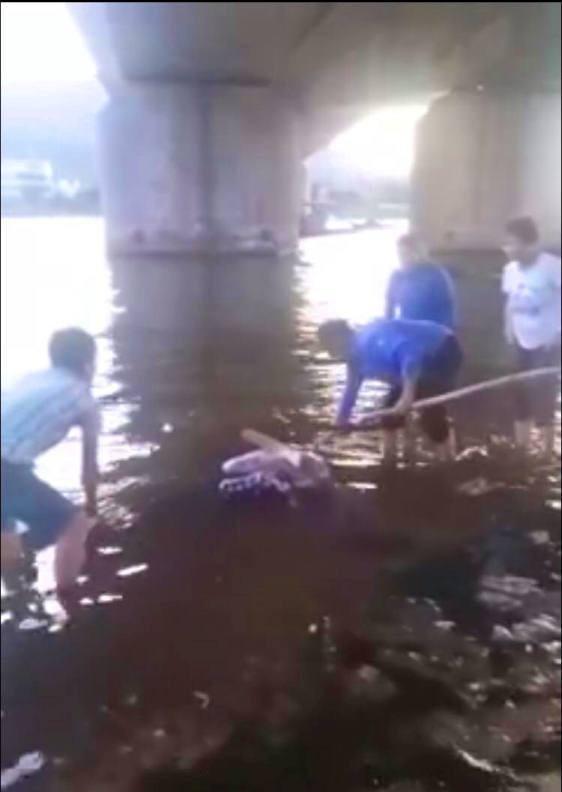 Thi thể nạn nhân được phát hiện trong tình trạng bị cột chân tay; phần đầu bị bịt kín bởi bao bóng màu đen