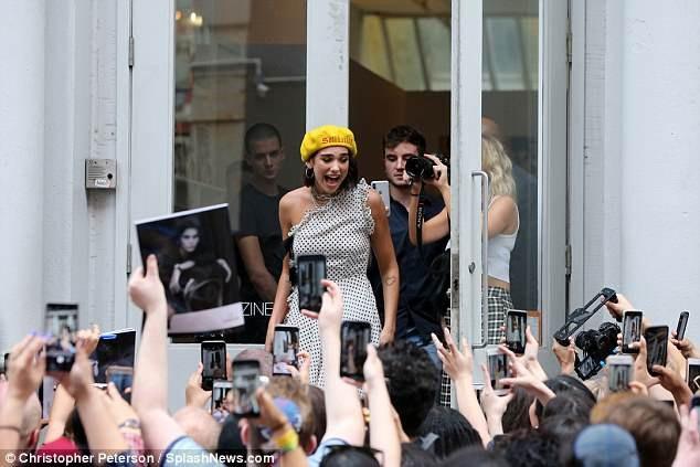 Cô hạnh phúc khi thấy đông đảo fans chào đón