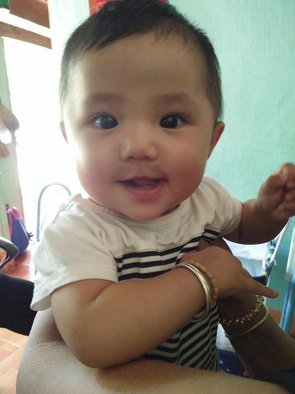 Bé gái mới hơn 7 tháng tuổi có nguy cơ phải sống cảnh mồ côi