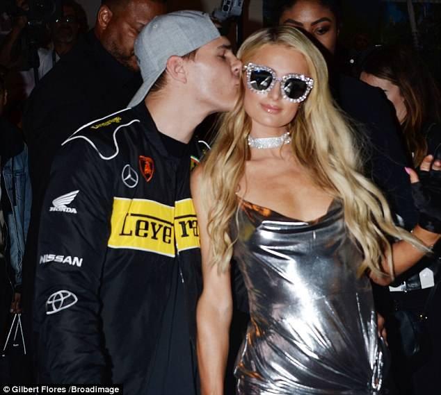 Bồ trẻ của Paris Hilton rất chăm chút cho bạn gái, anh thường xuyên đưa cô đi dự sự kiện