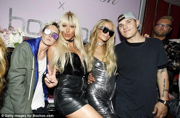 Paris Hilton hết lời ca ngợi bạn trai trẻ vì cưng chiều cô như công chúa.