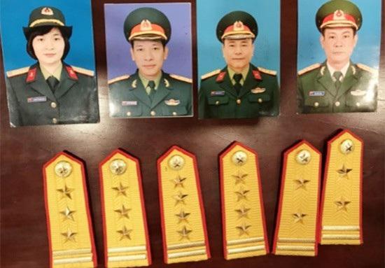 Các đối tượng Huế, Sơn, Hải và Long cùng các quân hàm giả sỹ quan quân đội để lừa đảo