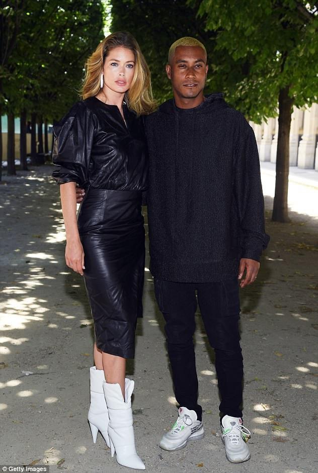 Doutzen Kroes và chồng sành điệu đi xem show thời trang tại Pháp 1 ngày trước khi tới Tây Ban Nha nghỉ mát.
