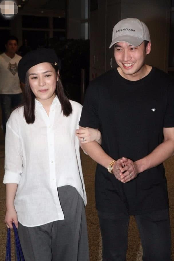 Chung Hân Đồng và chồng xuất hiện tại Hồng Kong, ngày 21/6. Cặp đôi vừa làm đám cưới tại Mỹ hồi tháng 5/2018 sau 1 năm hò hẹn. Hơn chồng 5 tuổi nhưng Chung Hân Đồng khá trẻ.