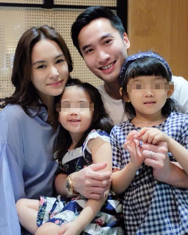 Vợ chồng Chung Hân Đồng chụp ảnh cùng các em nhỏ. Bức ảnh chân dung giống như một gia đình hạnh phúc nhận được nhiều lượt thích trên mạng xã hội.