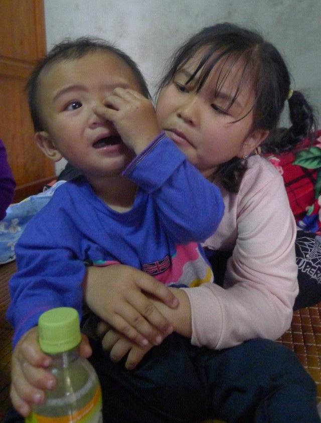 Hai đứa con thơ giờ đã mất đi người mẹ yêu thương.