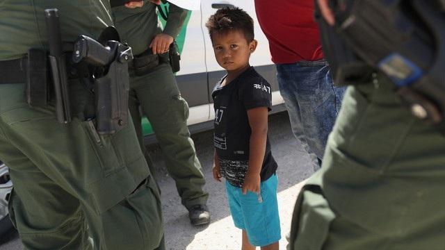 Một em bé Honduras bị lính biên phòng Mỹ tạm giữ tại biên giới với Mexico hôm 12/6. (Ảnh: Getty)
