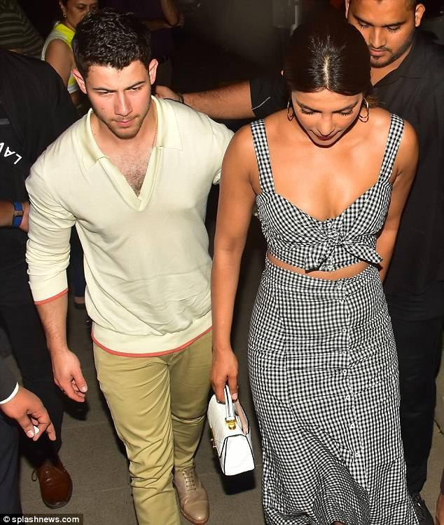 Hoa hậu thế giới Priyanka Chopra và bạn trai Nick Jonas tới Mumbai ngày 21/6 vừa qua