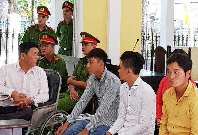 Trần Việt Hùng và các con tại tòa.
