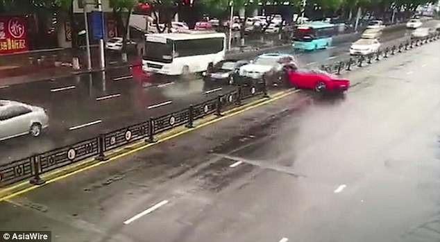 Chiếc Ferrari 458 bất ngờ mất lái và lao thẳng vào dải phân cách, gây ra tai nạn liên hoàn