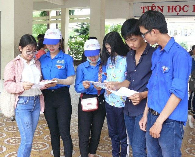 Các tình nguyện viên hỗ trợ thí sinh Cà Mau tại các điểm thi. (Ảnh: H.H)