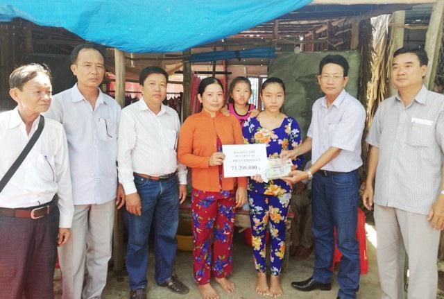 PV Dân trí trao tiền bạn đọc đến gia đình cháu Lâm Hồng Như trước sự chứng kiến của đại diện lãnh đạo Hội, ngành, địa phương.