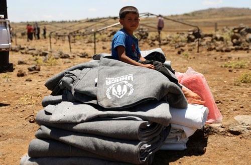 Một đứa trẻ buộc phải rời bỏ nhà cửa ở tỉnh Daraa - Syria hôm 21-6 Ảnh: REUTERS