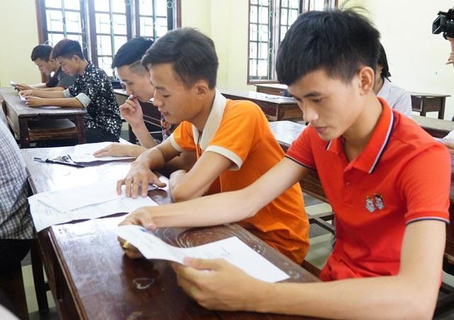 Các thi sinh kiểm tra lại giấy báo dự thi. (Ảnh: Hoàng Lam)